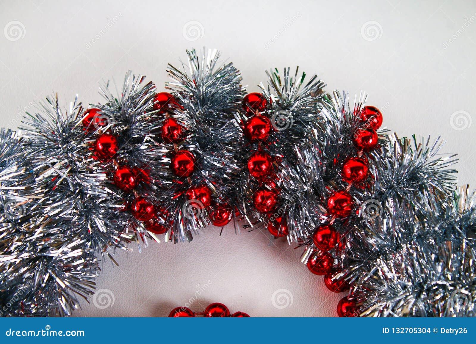 Diy-Weihnachtskranz Führer auf dem Foto, wie man einen Weihnachtskranz mit Ihren eigenen Händen von einer Pappplatte, Lametta, Pe