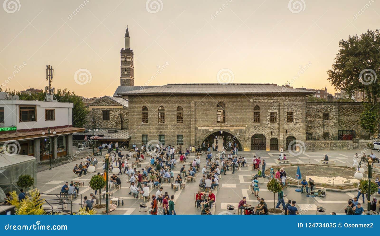DIYARBAKIR, TURQUÍA - 25 DE AGOSTO DE 2018: Vista de la mezquita magnífica Ulu Cami, la central de Diyarbakir