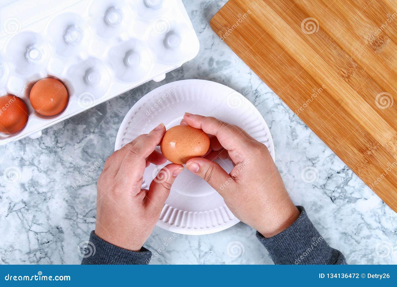 Diyvarken van eieren Workshop hoe te om een varken van een gekookt die ei te maken in bouillonbieten wordt geschilderd met het vu