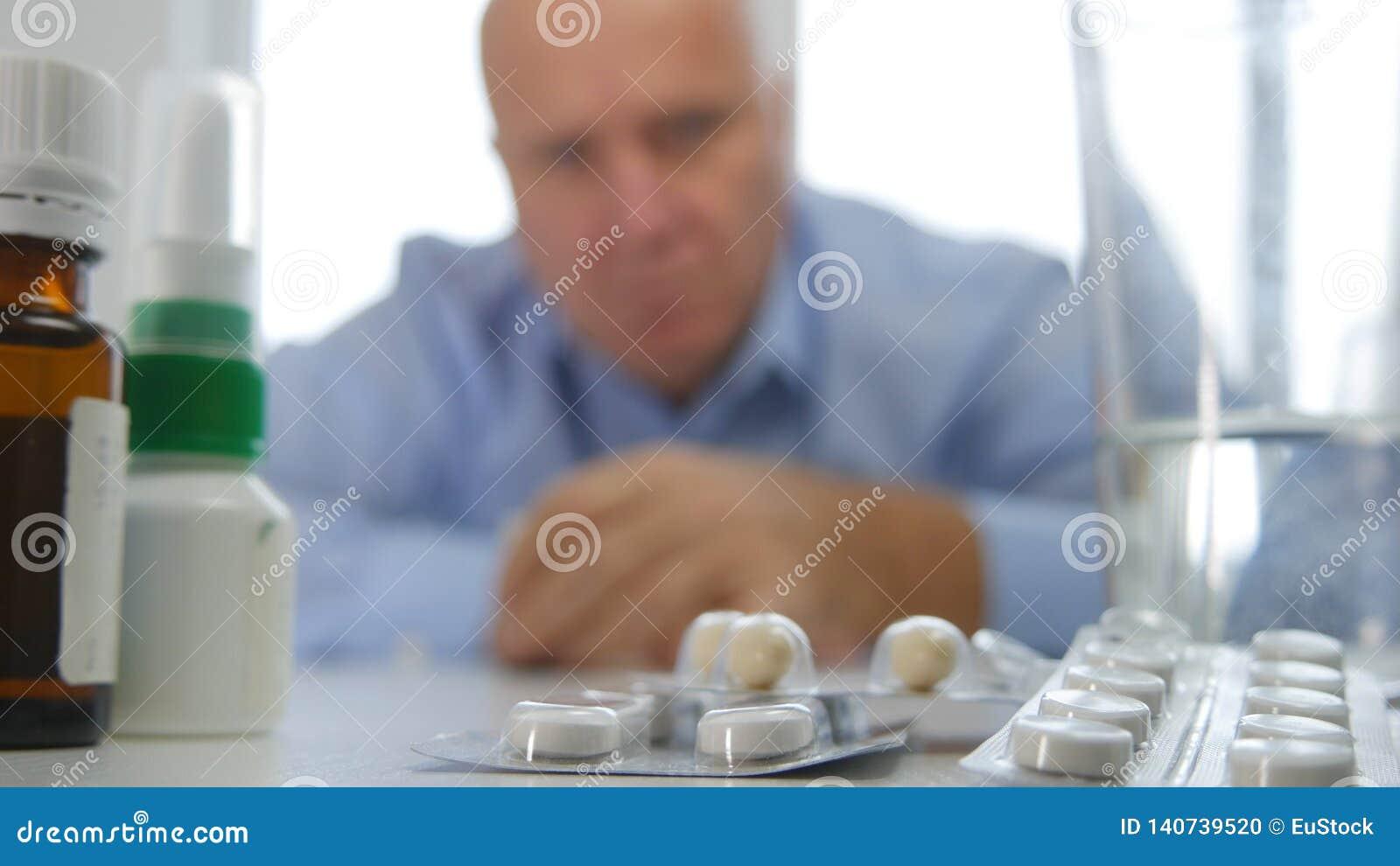 Dizzy Businessperson Feeling Sick Want om Wat Geneeskunde te nemen