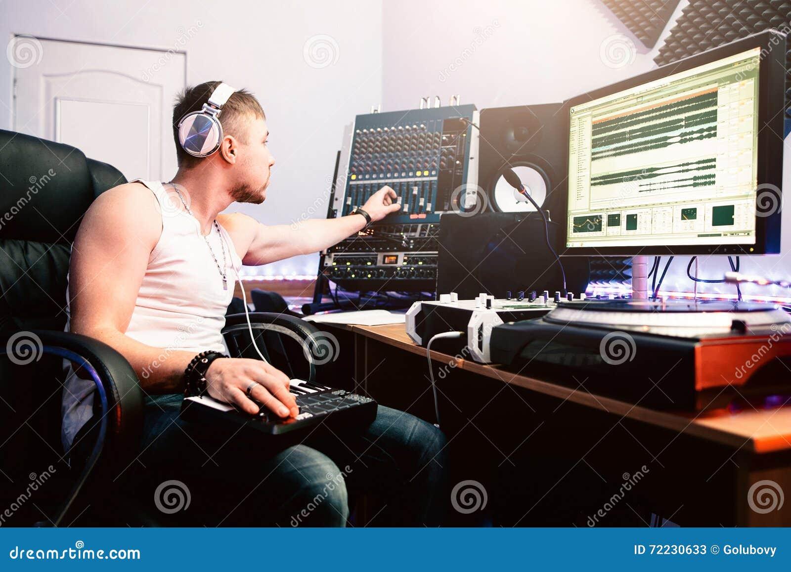 DJ在录音演播室调整设备