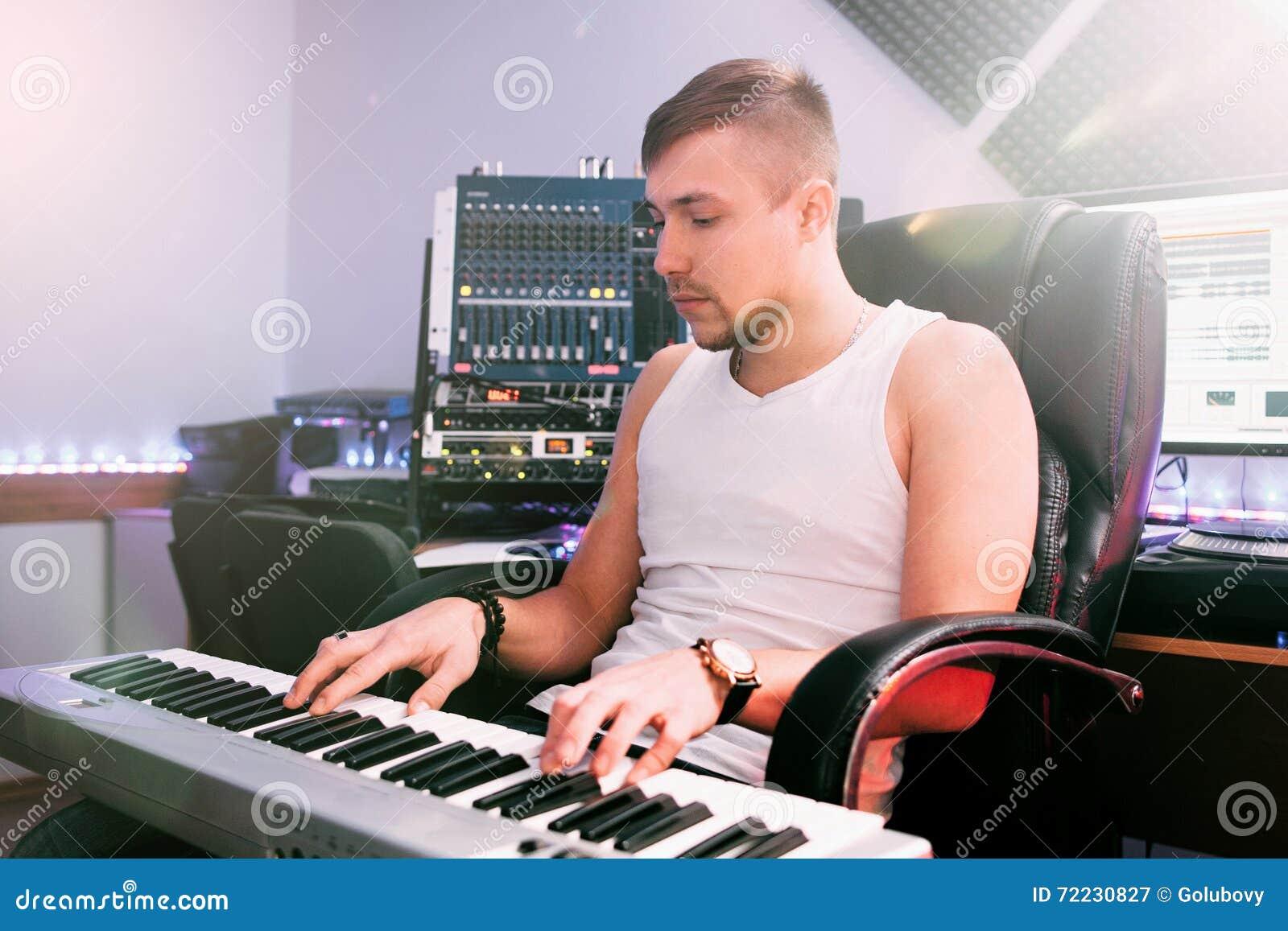 DJ在电子钢琴使用在演播室