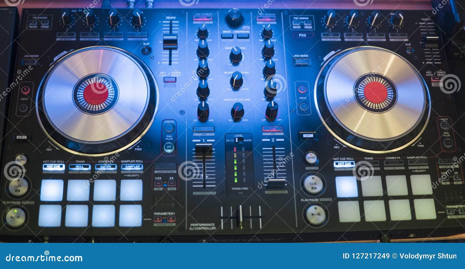 DJ戏剧和混合音乐在数字式搅拌器控制器 特写镜头DJ表现控制器,数字式密地转盘系统