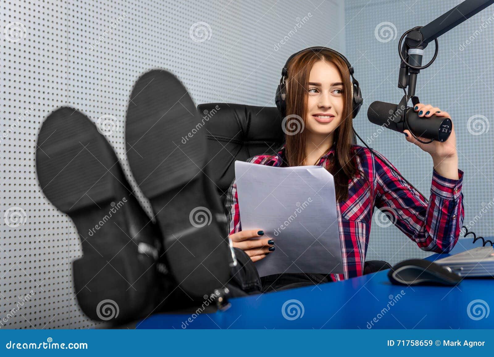 DJ που εργάζεται στο ραδιόφωνο