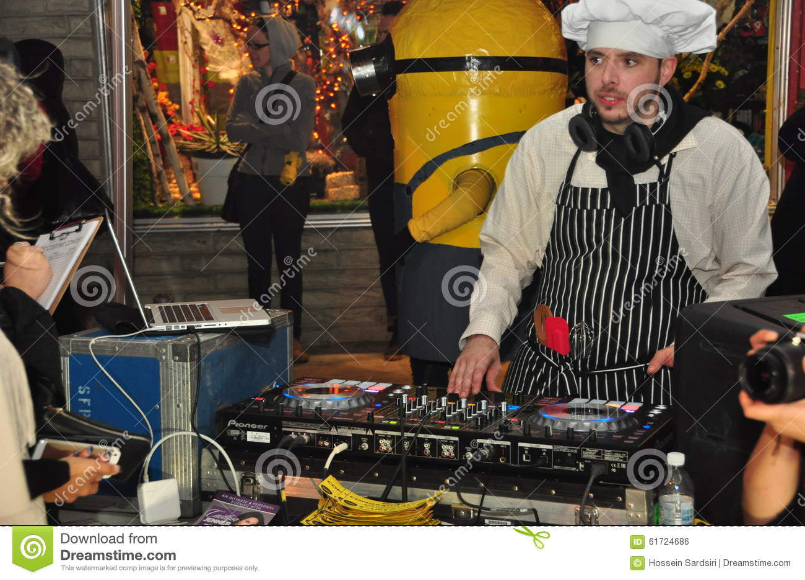 DJ στον περίπατο του Τορόντου Zombie του 2015 και την παρέλαση αποκριών