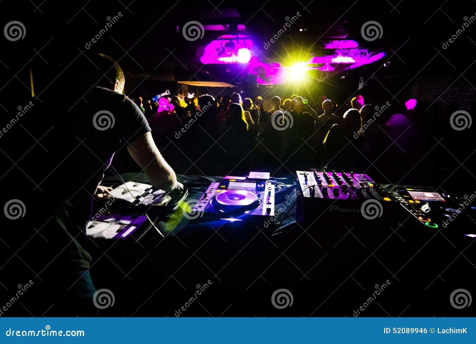 DJ играя в клубе