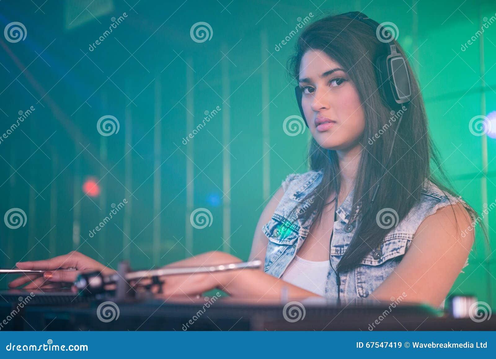 DJ bastante femenino que juega música