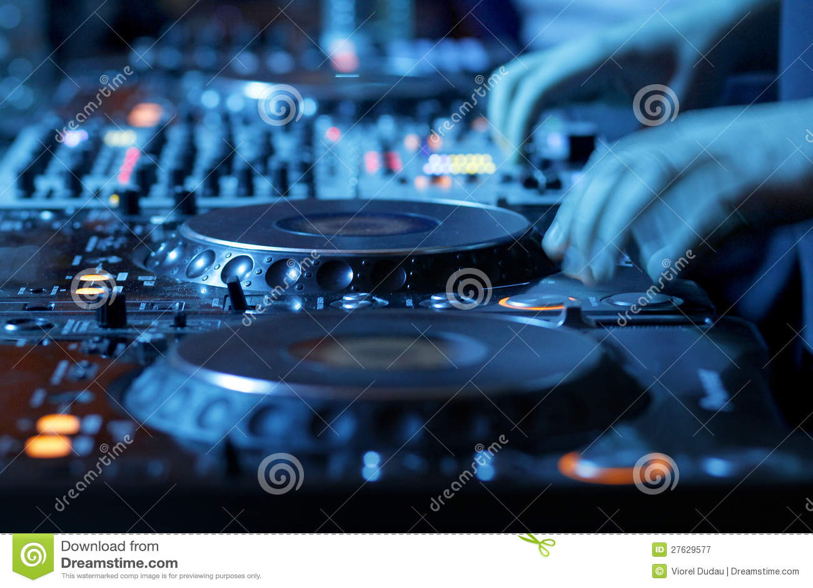 DJ dat bureau in nachtclub mengt
