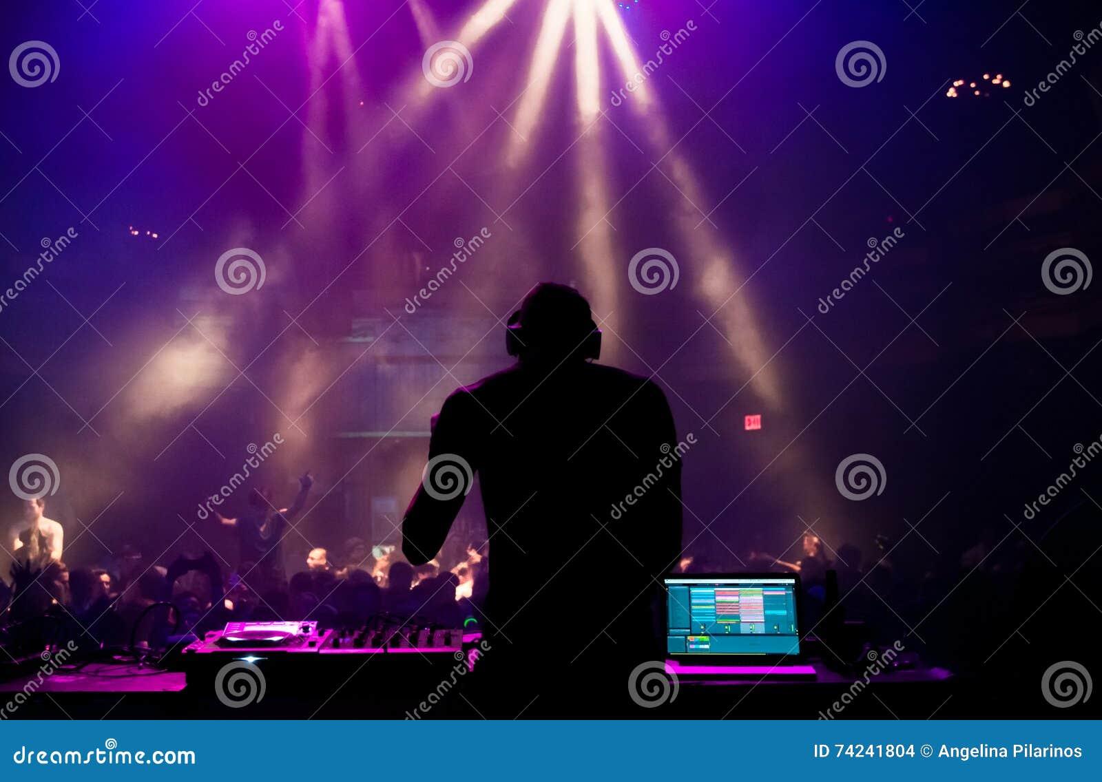 DJ die bij een overleg presteren