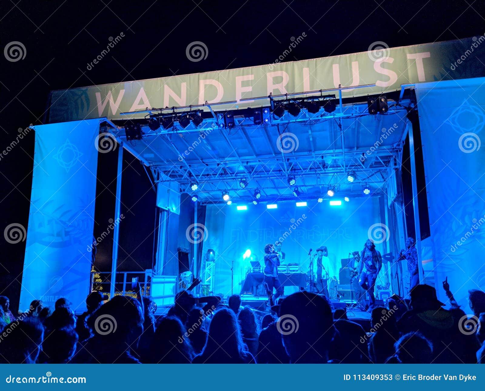 DJ Drez en de Goede Verbrijzeling presteren op stadium tijdens een avond concer