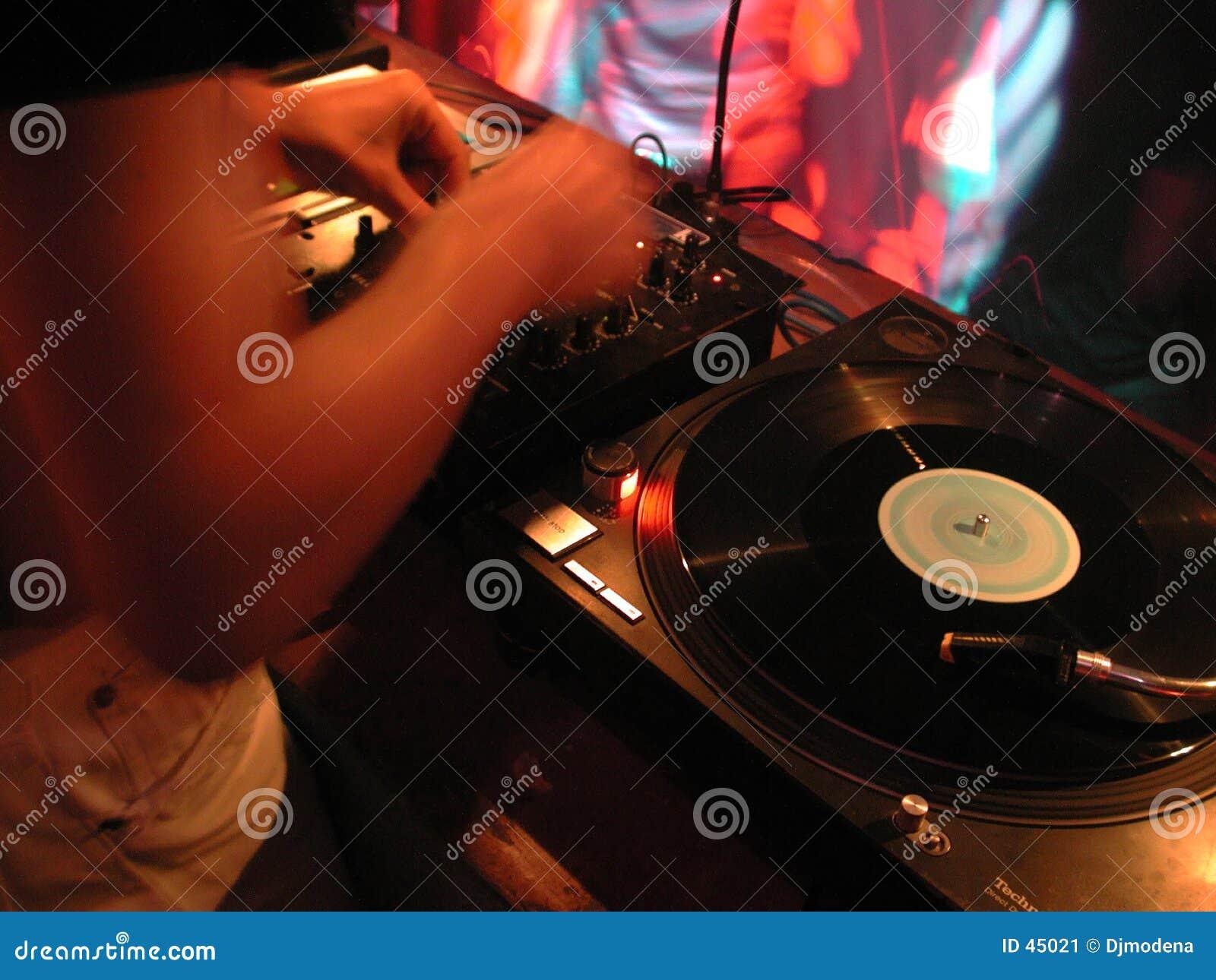 DJ em plataformas giratórias