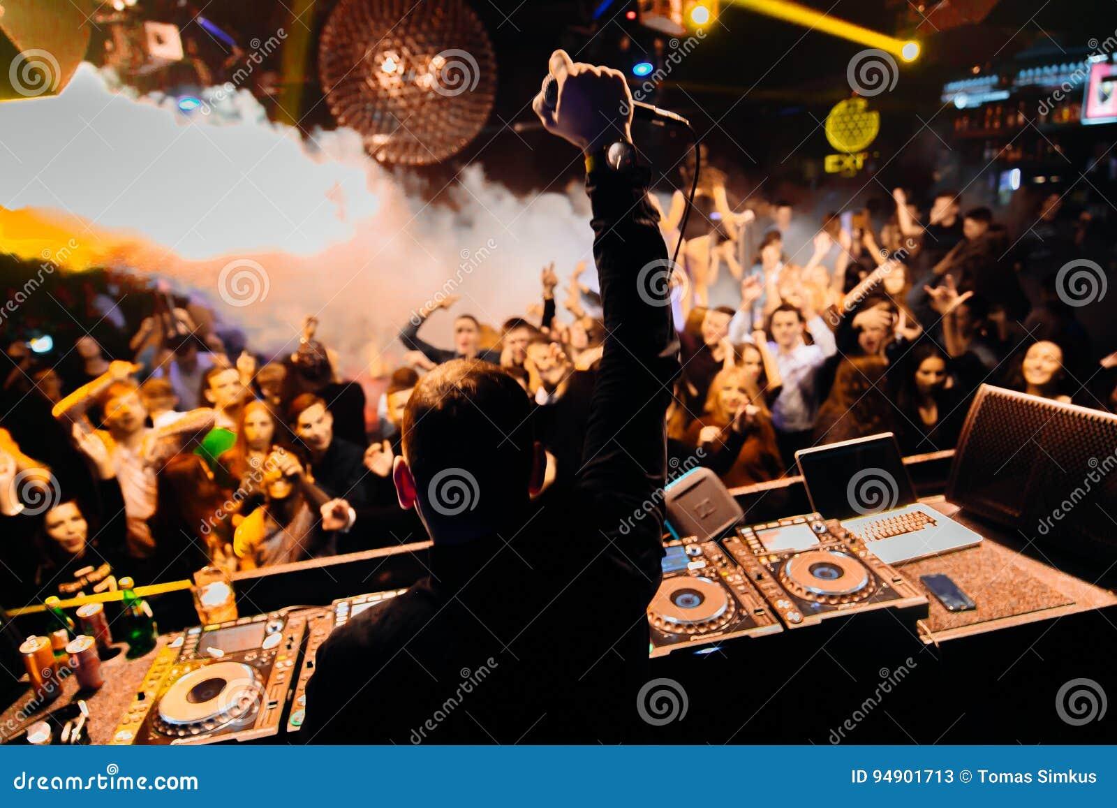 DJ en el club
