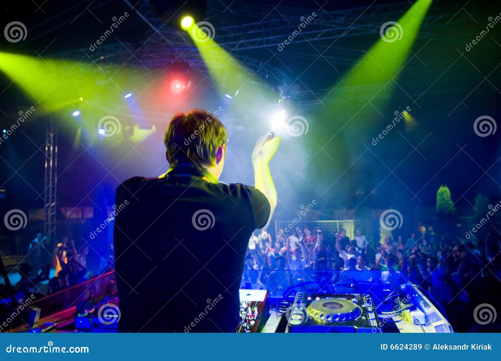 DJ En El Concierto, Movimiento Enmascarado Imágenes de archivo libres ...