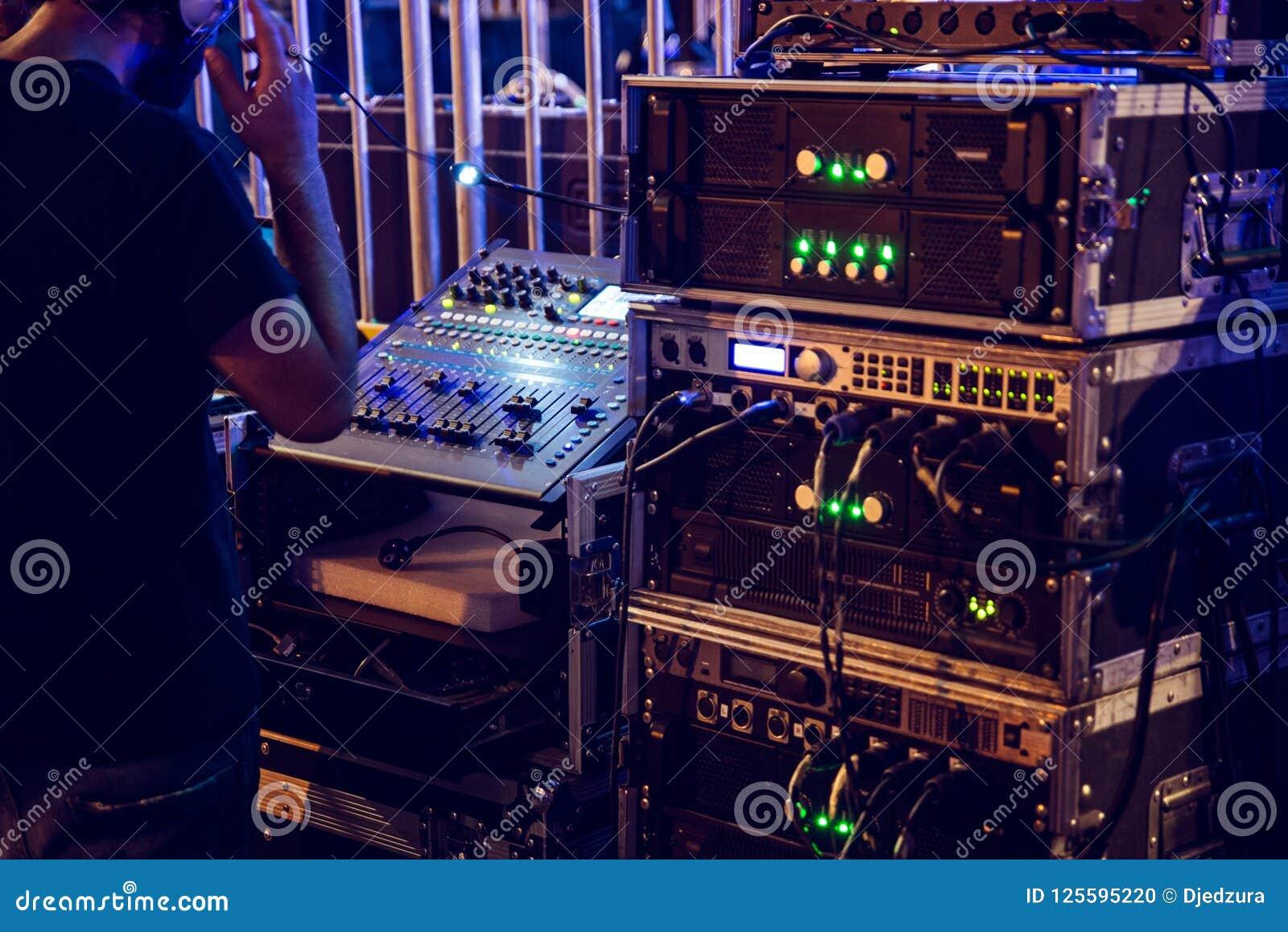 Dj miesza konsolę i muzycznych audio amplifikatory