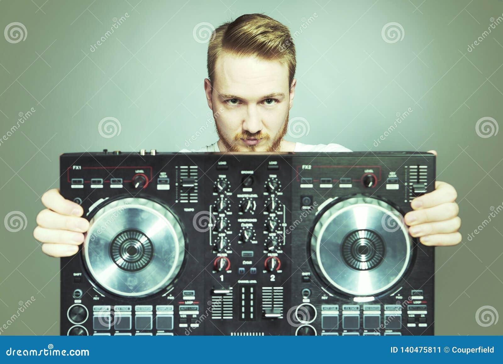 DJ mit Konsole für die solide mischende Aufstellung im Studio