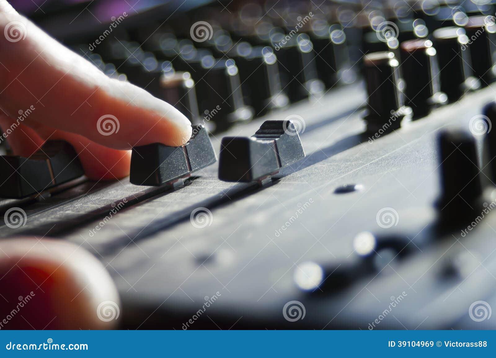 DJ overhandigt een mixer