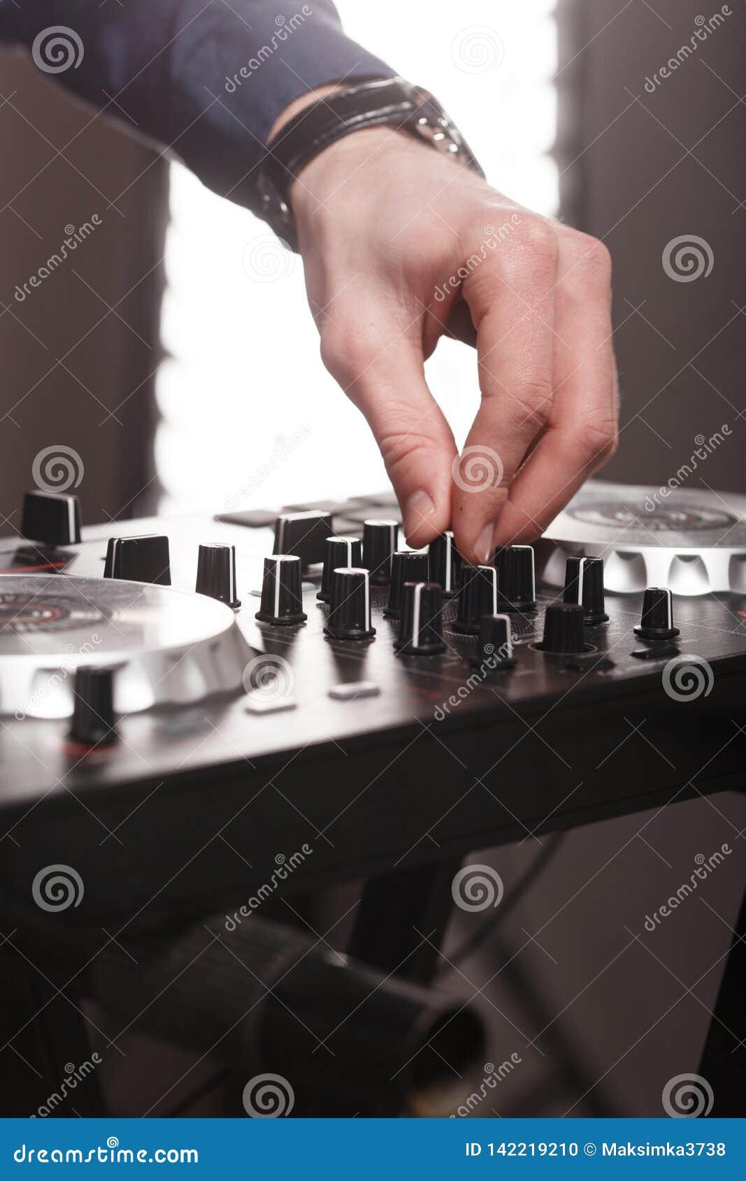DJ pult,遥控光在音乐厅里