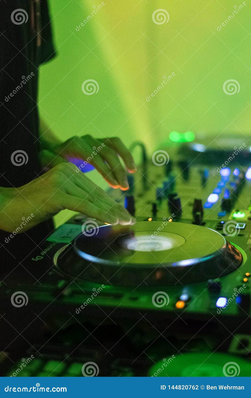 DJ que joga a m?sica eletr?nica