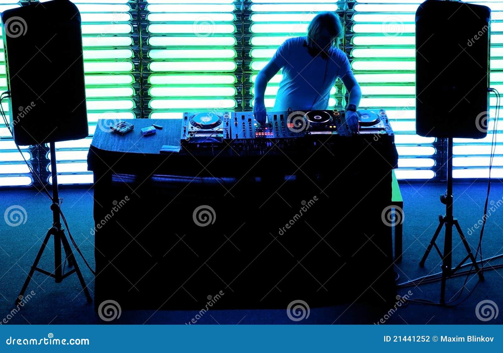 DJ que joga a trilha no clube nocturno