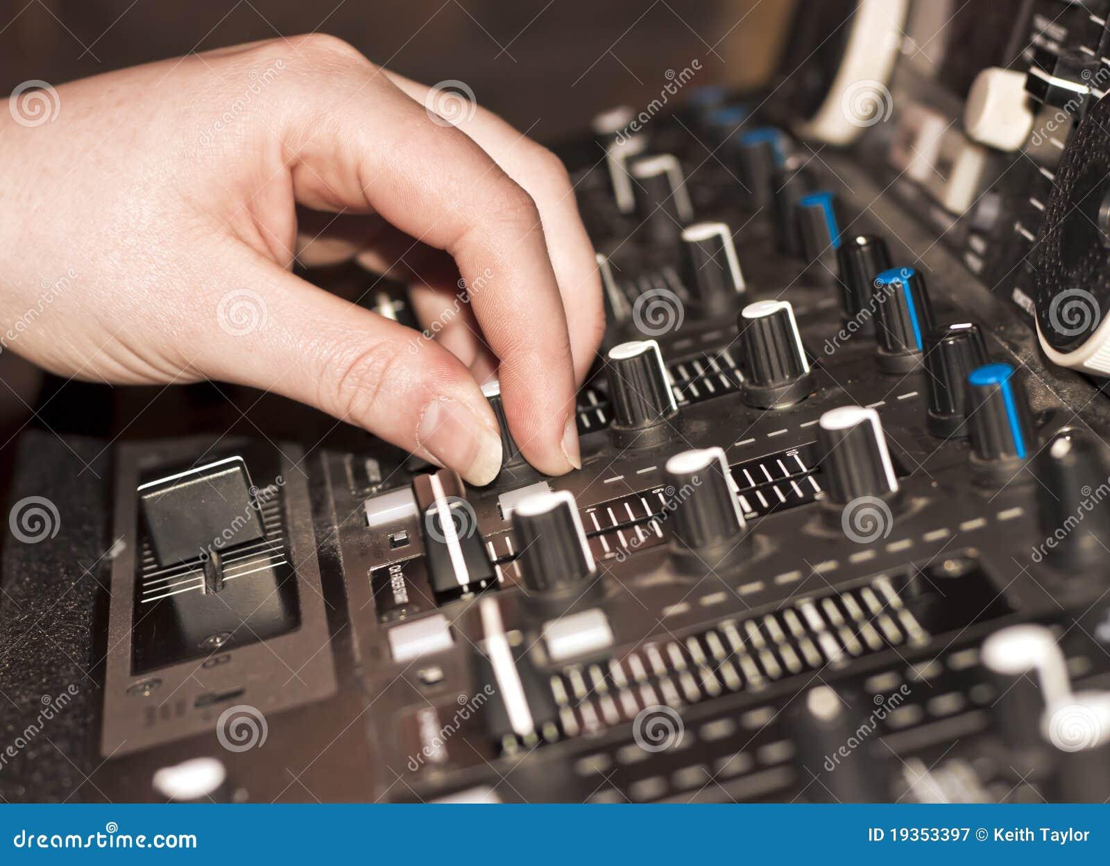 DJ que usa a plataforma de mistura audio no clube