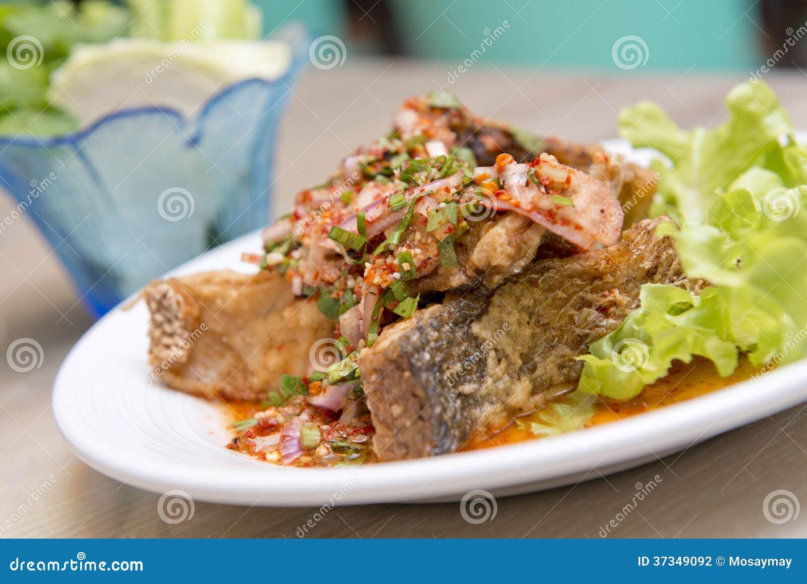 Djup stekt havsbas med kryddig sås, thailändsk mat