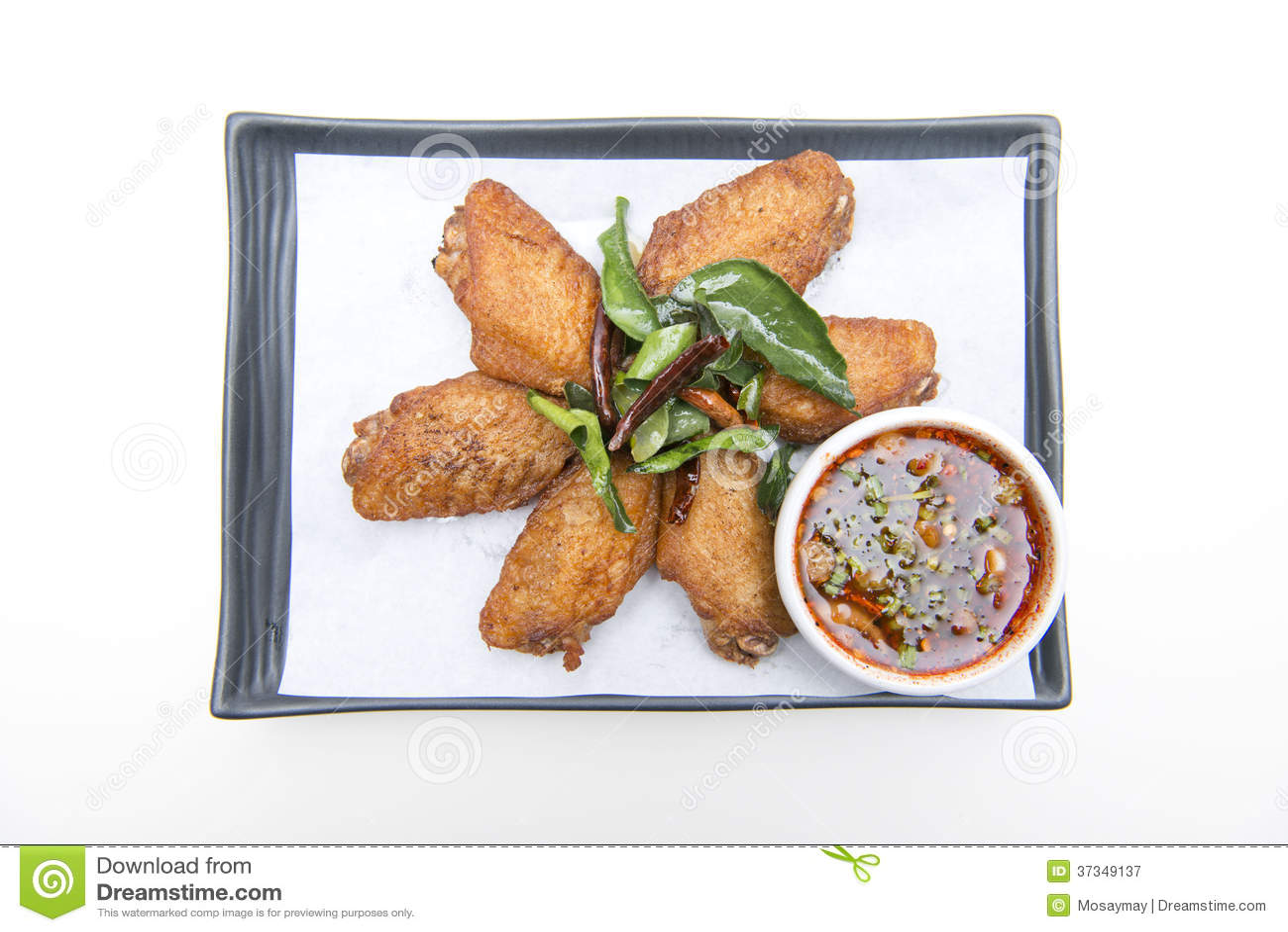 Djupa stekt kycklingvingar med kryddig sås