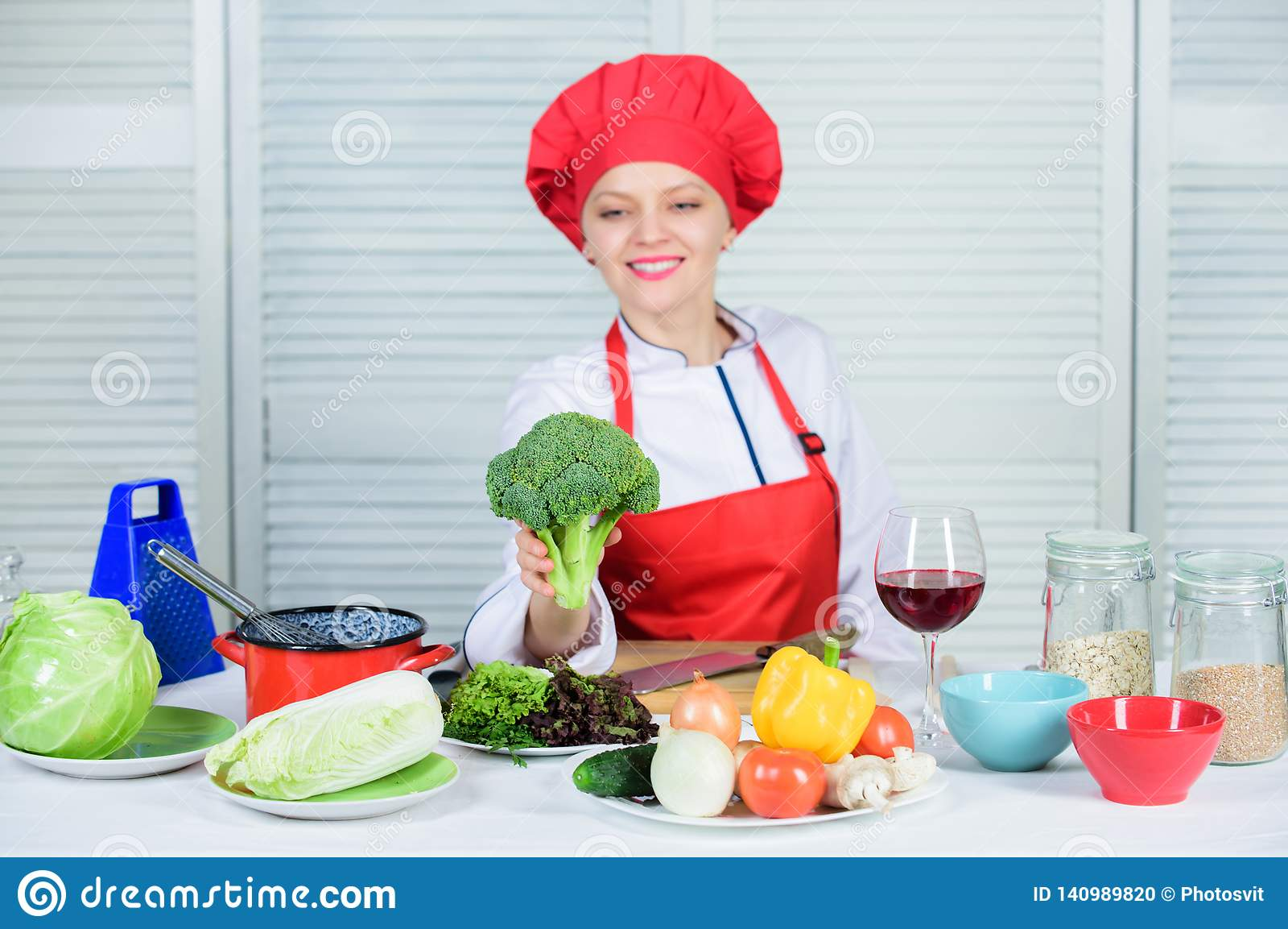 Dlaczego gotować brokuły surowa karmowa dieta Brokułu odżywiania wartość Kobieta szefa kuchni fachowego chwyta surowi brokuły jar