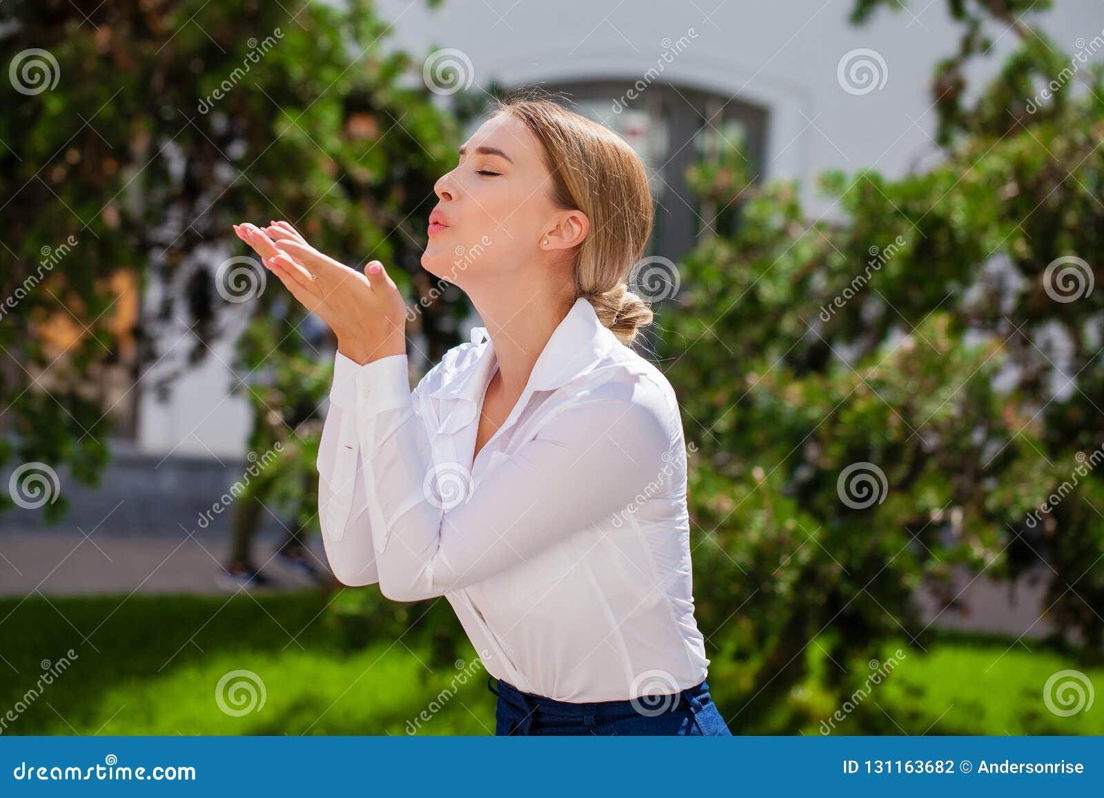 Dmucha buziaka, młody caucasian żeński z włosami model