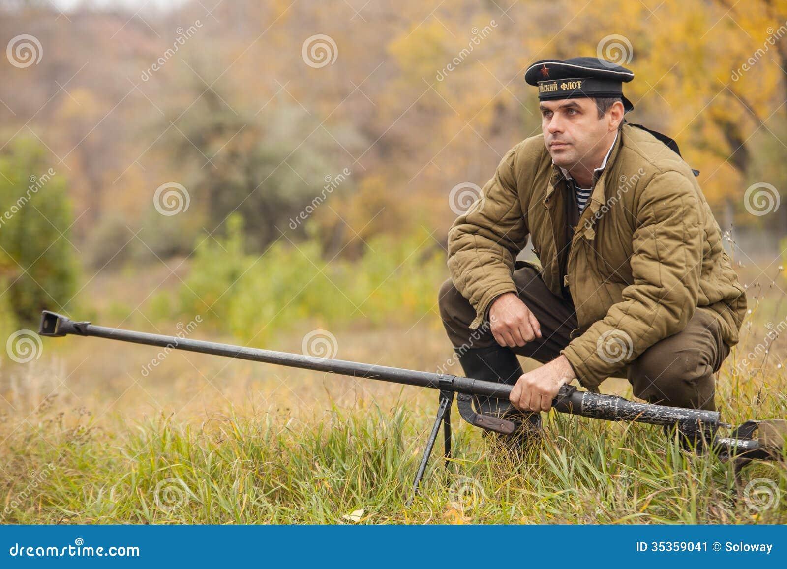 DNIPRODZERZHYNSK UKRAINA - OKTOBER 26: Medlemmen av historisk reenactment för striden visar anti--behållaren vapnet på Oktober 26,