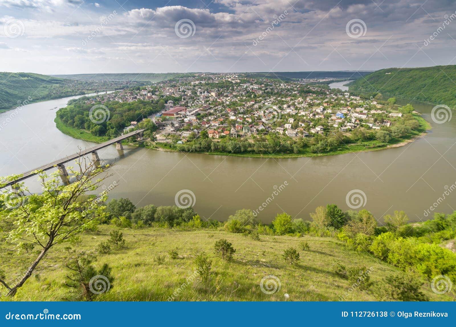 Dnister Zalishchyky i rzeki miasto w lecie, punkt widzenia w Khreshchatyk wiosce, Ukraina