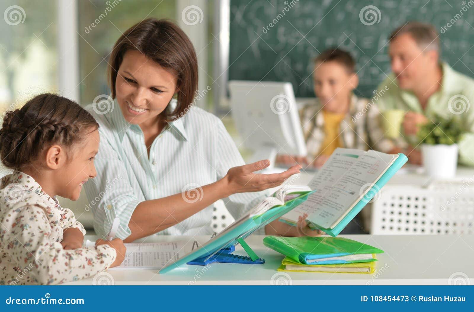 Doświadczeni nauczyciele pracuje z dziećmi