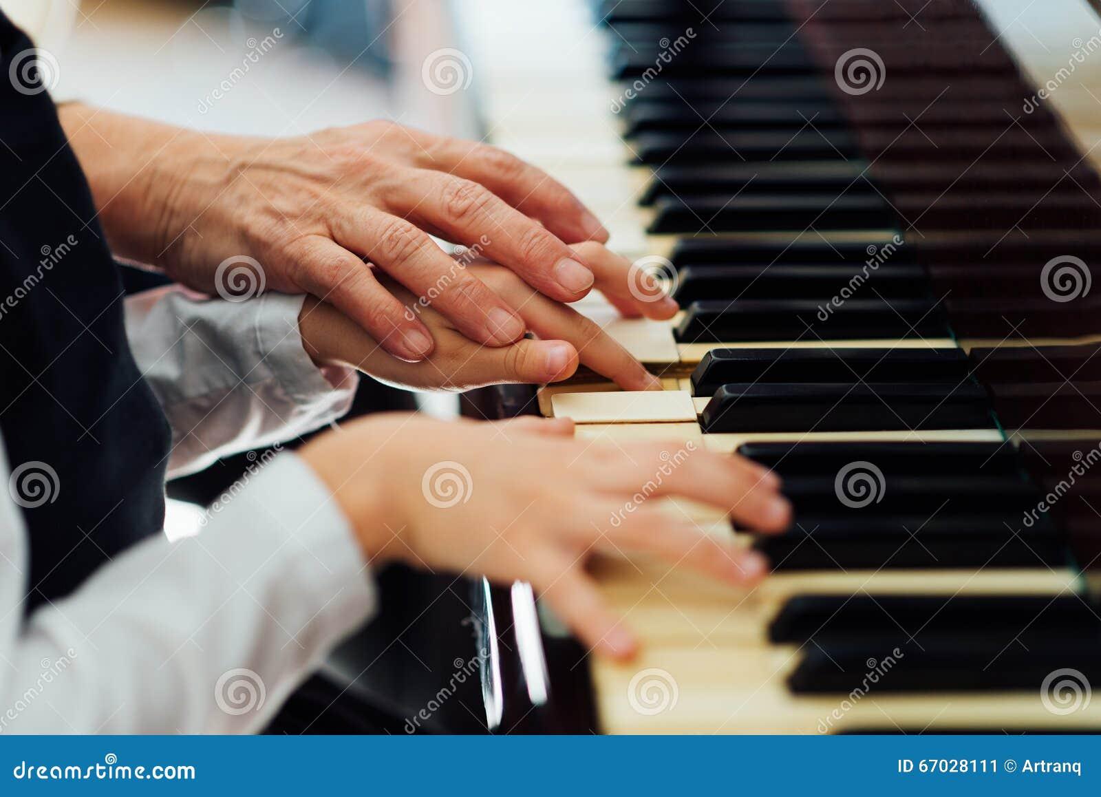 Doświadczona ręka stary muzyczny nauczyciel pomaga dziecko ucznia