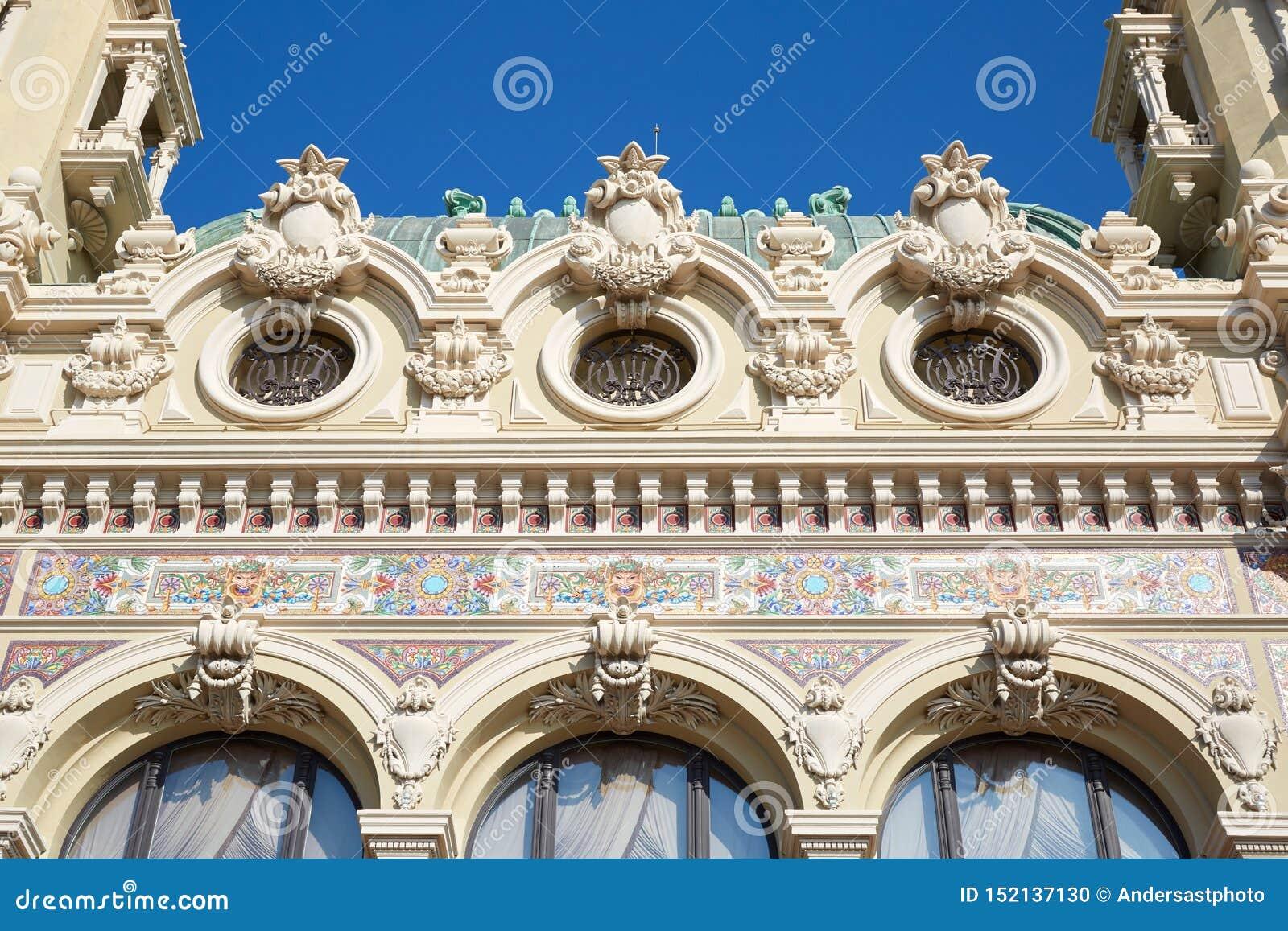 Do casino da construção detalhe antigo da fachada para trás com decorações coloridas em um dia ensolarado em Monte - Carlo