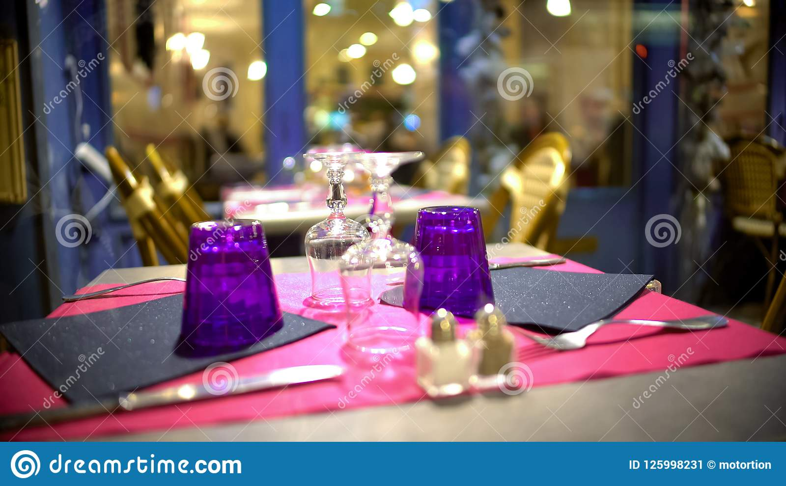 Do góry nogami szkła na fashionably słuzyć stole w nowożytnej restauraci, zbliżenie