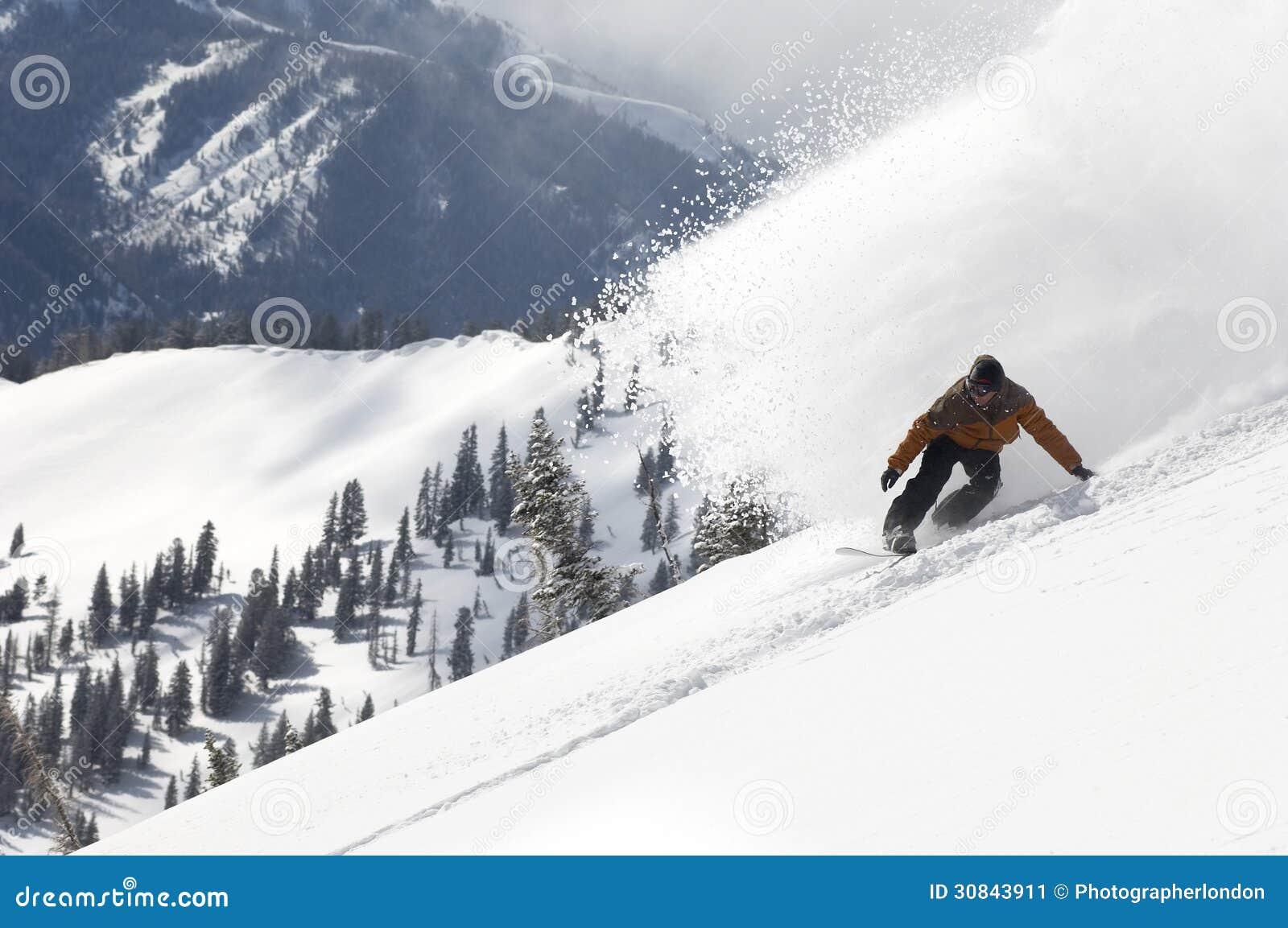 Do homem da snowboarding monte para baixo