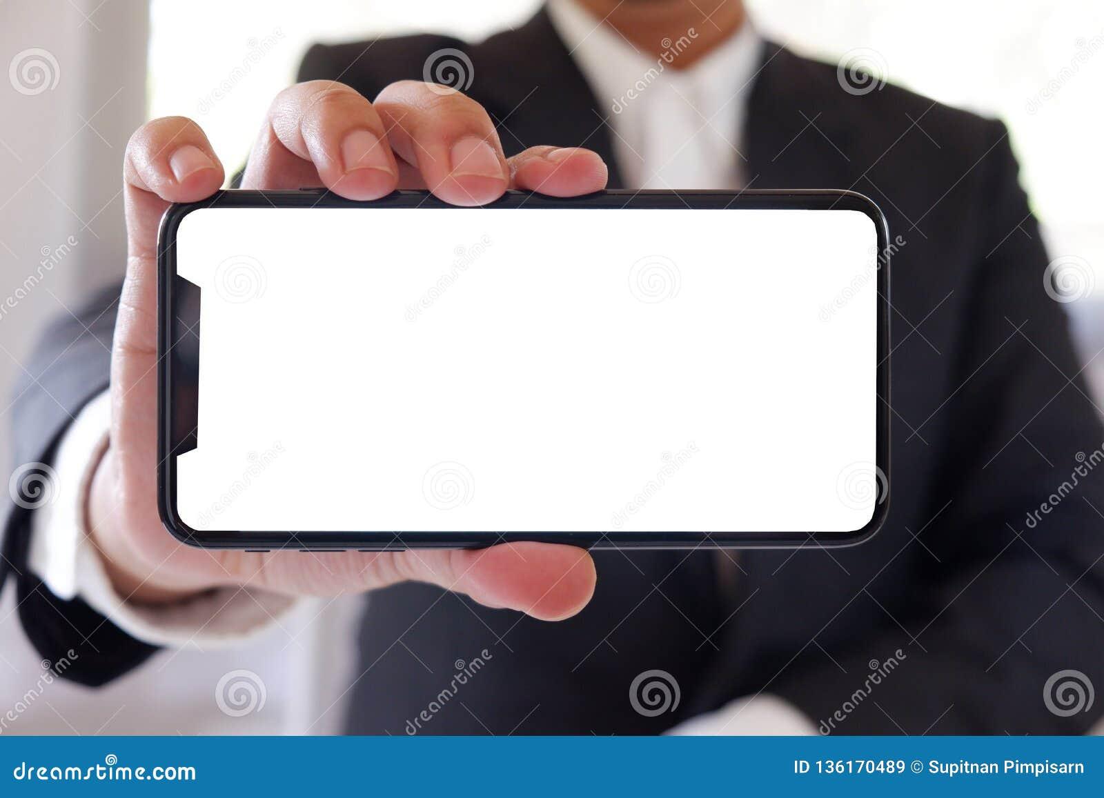 Do homem de negócios da terra arrendada do smartphone tela branca vazia para a frente para sua texto ou imagem