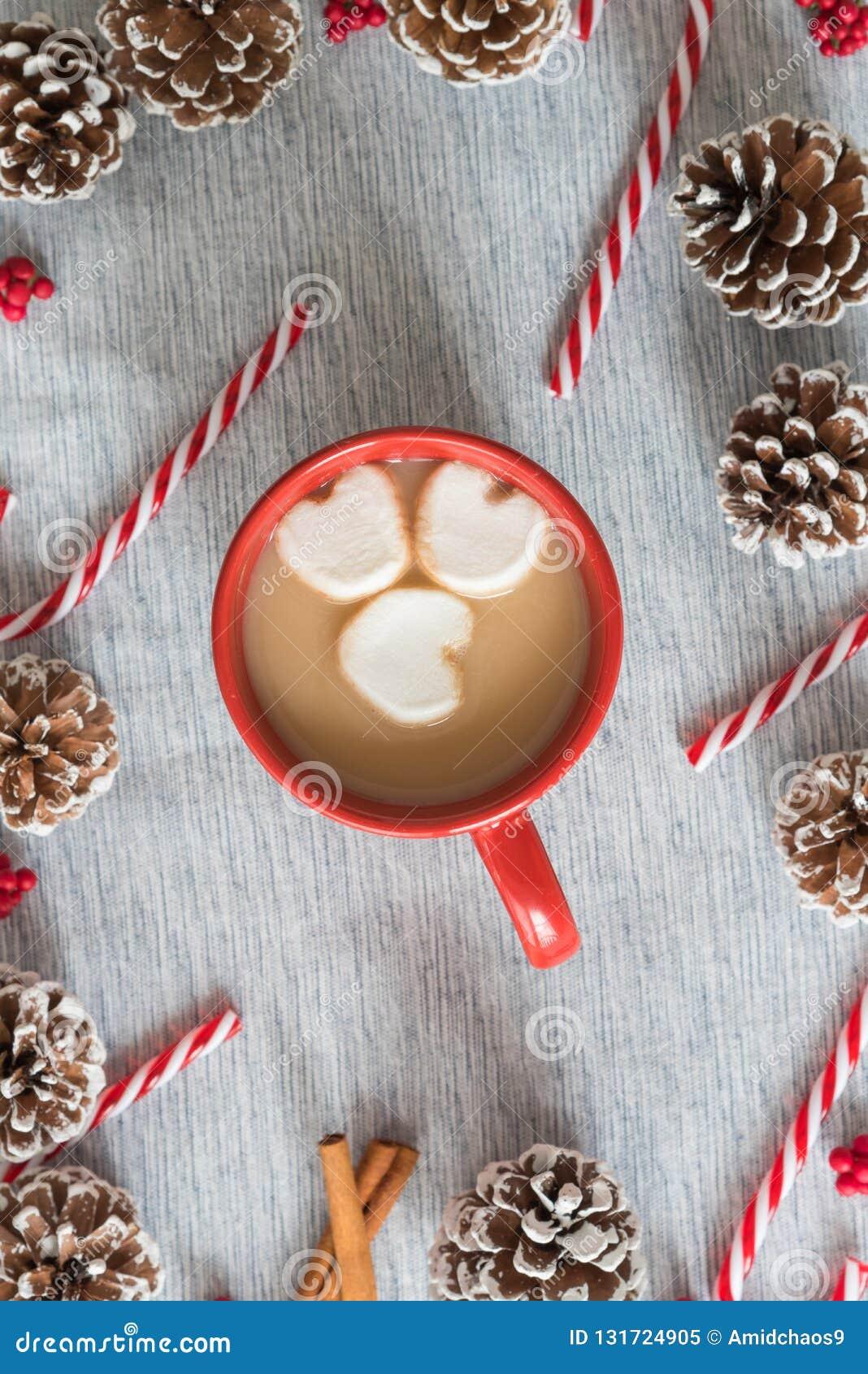 Do Natal da liso-configuração chocolate quente da vida ainda na caneca vermelha com marshmallows coração-dados forma