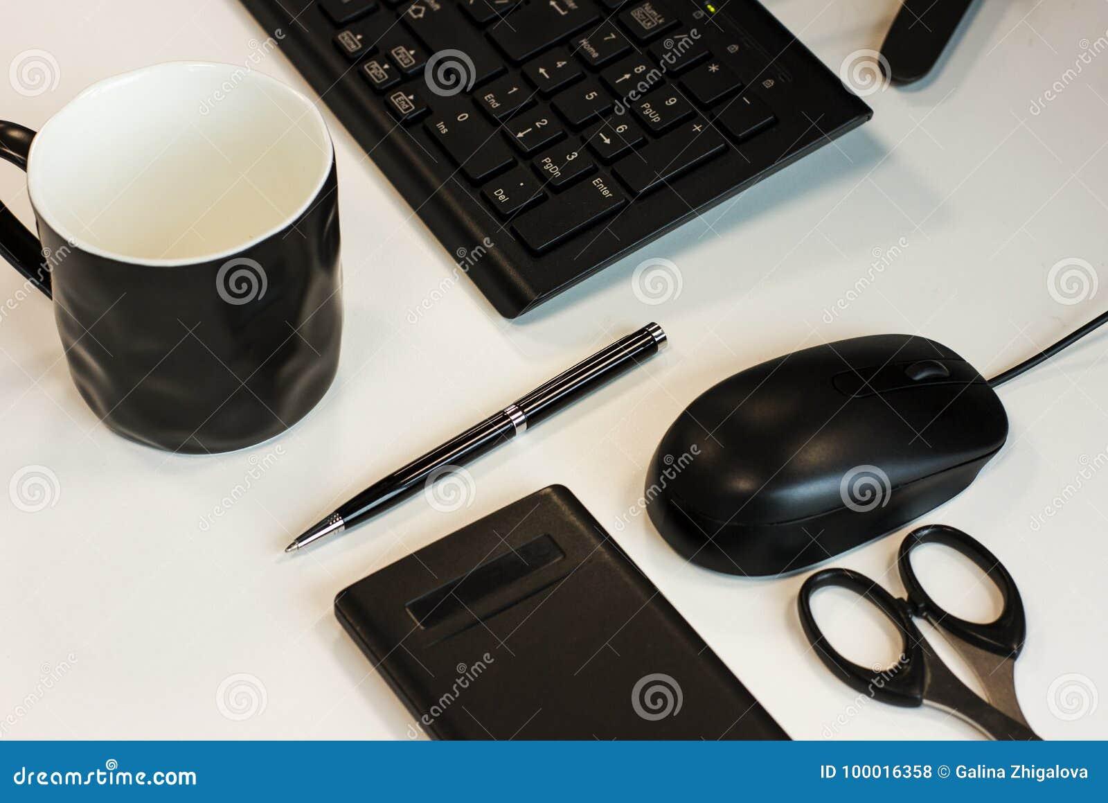 Do negócio vida ainda: teclado, rato, pena, tesouras, calculadora e copo