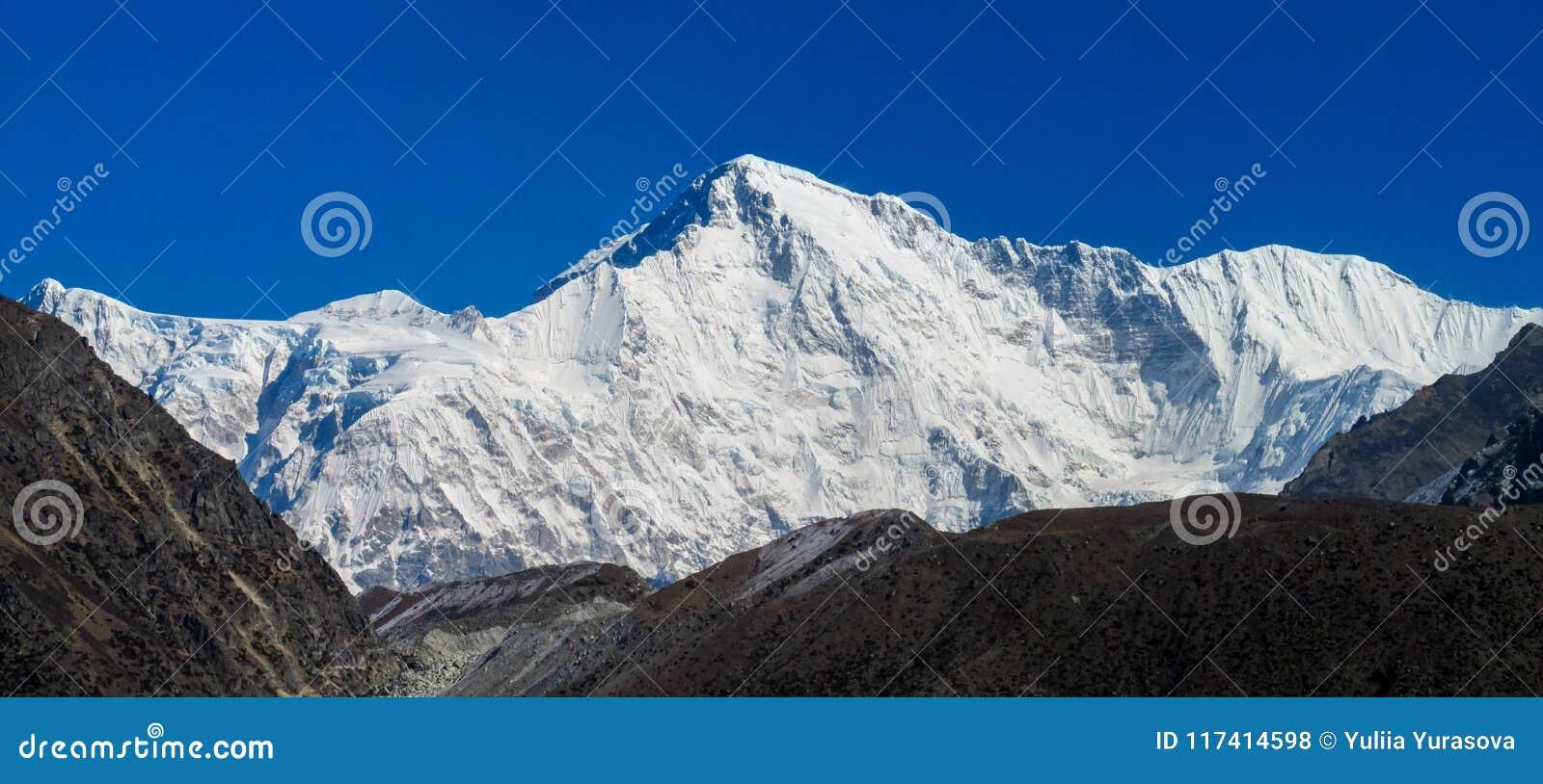 Do panorama alto da montanha da neve de Himalaya cenário bonito