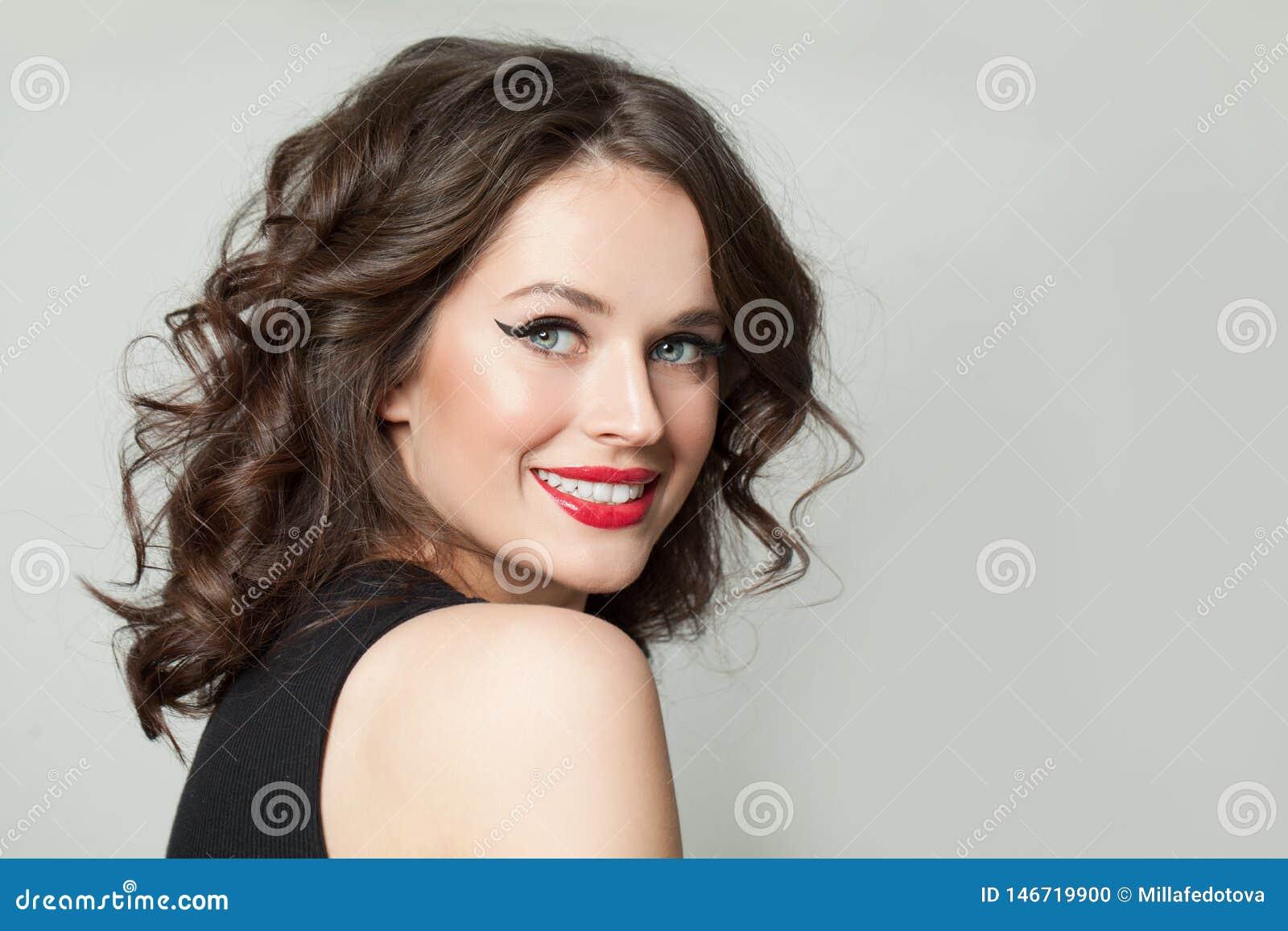 Do?? u?miecha? kobiety Szczęśliwa brunetka modela dziewczyna z makeup i brązu ostrzyżenia kędzierzawym portretem