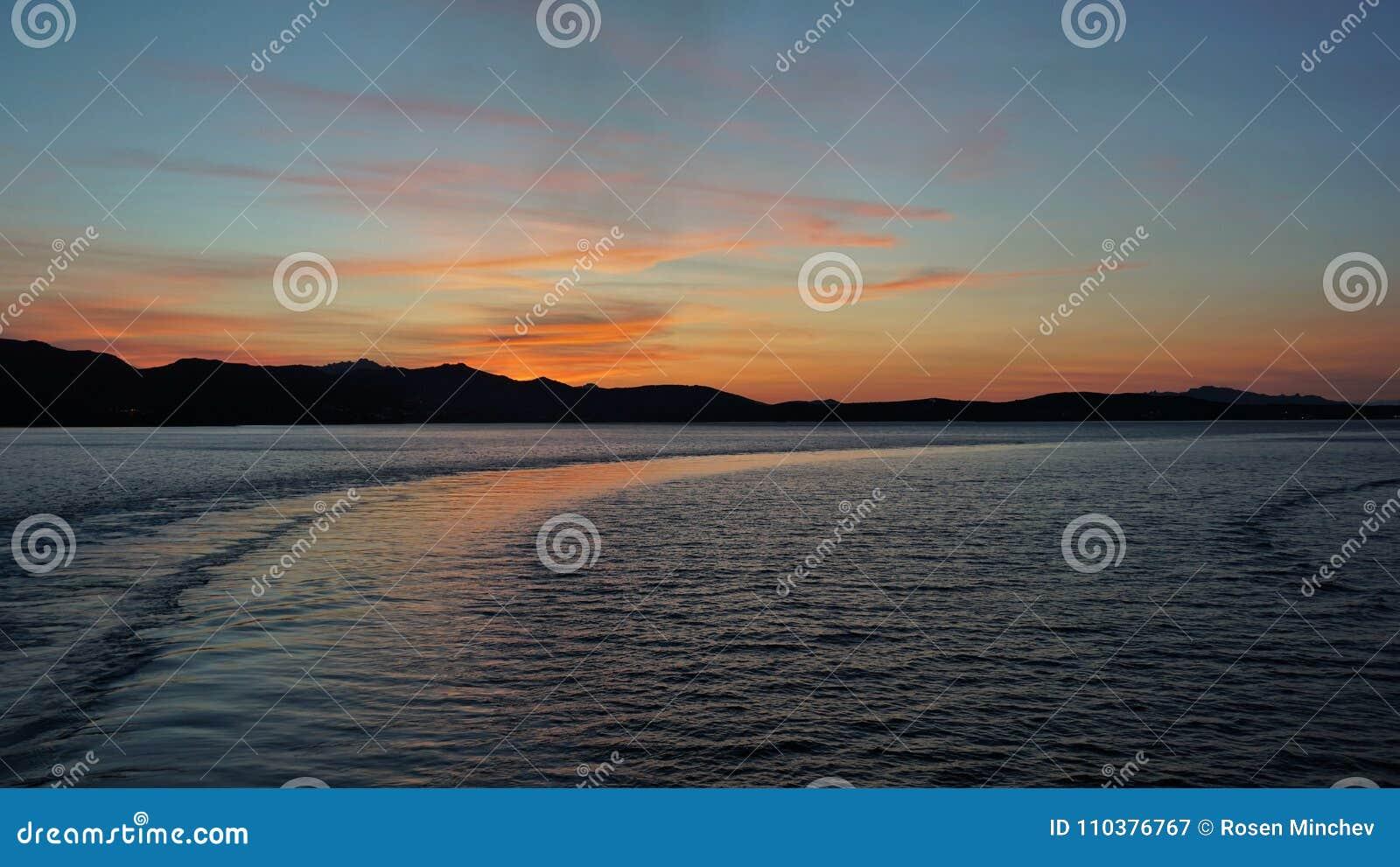 Do widzenia Sardinia Po tym jak odjazd od portu Golfo Aranci zmierzch, Sardinia