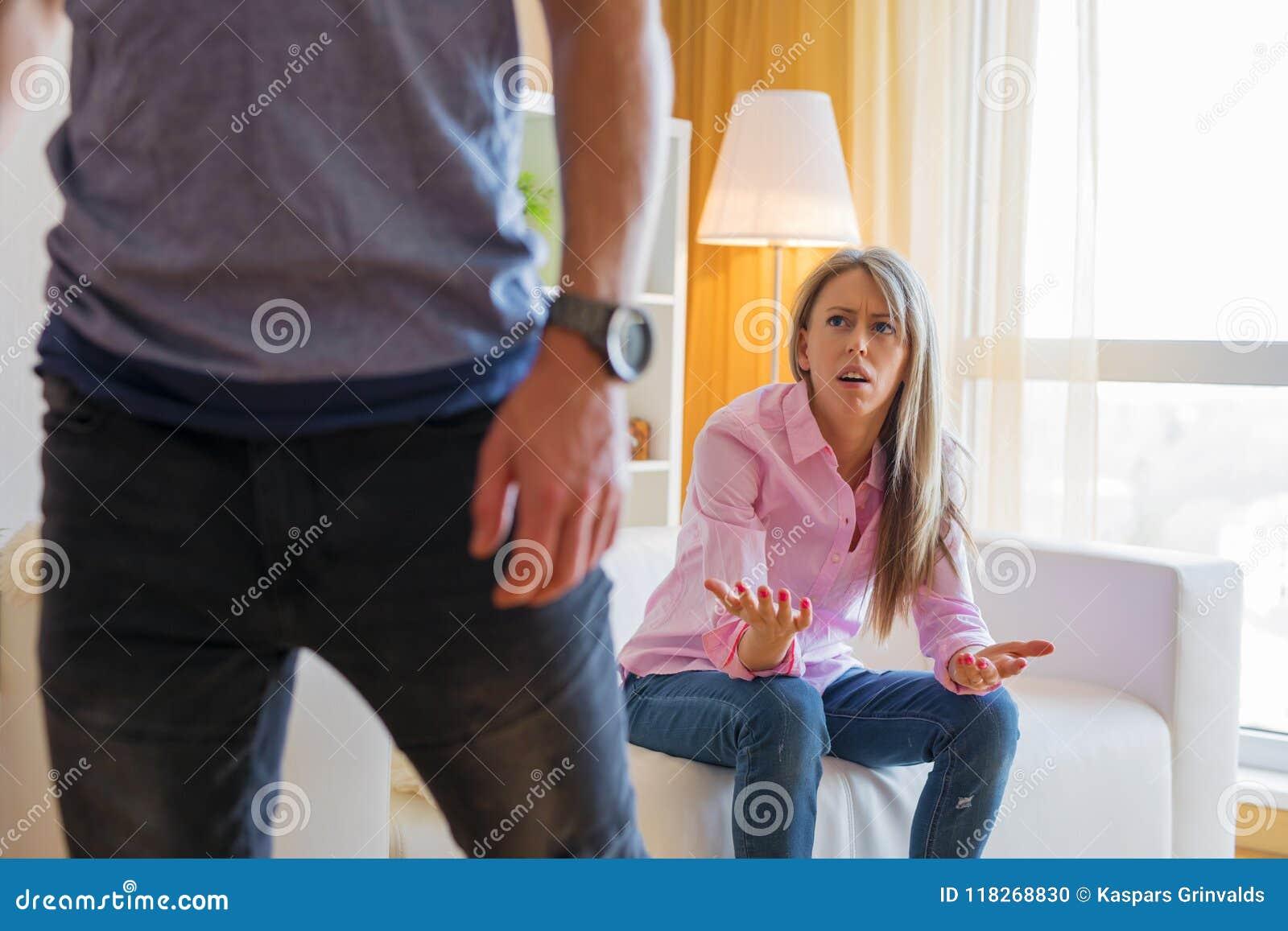 Dobiera się łamać up i obsługuje opuszczać jego dziewczyny