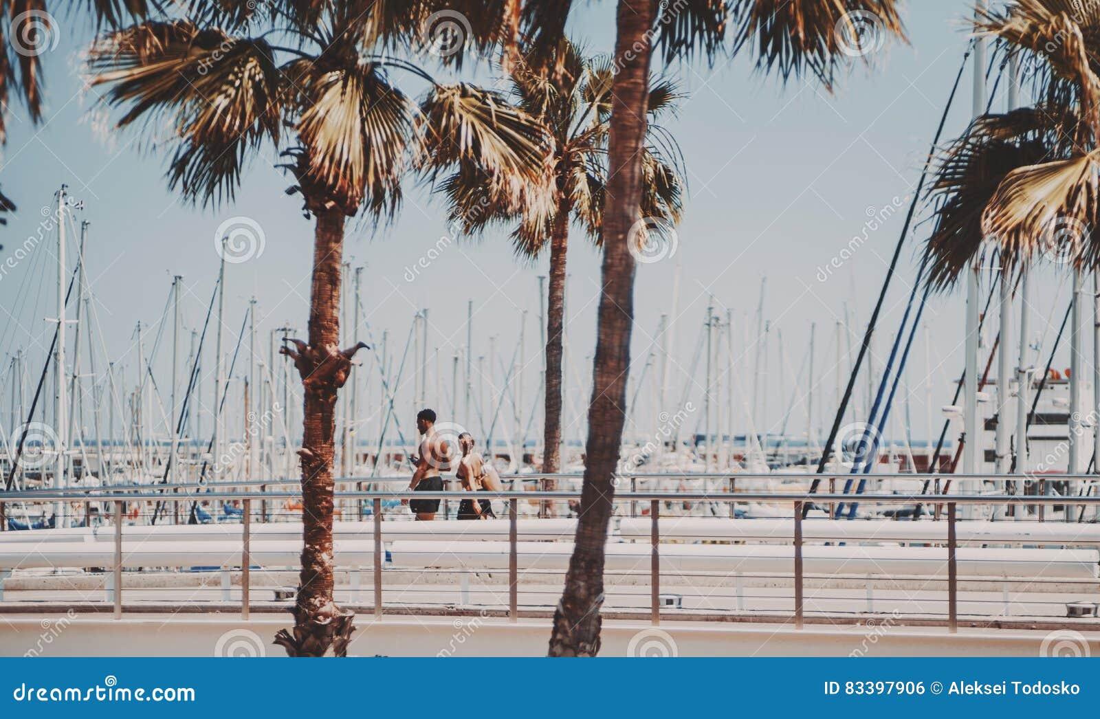 Dobiera się chodzącego pobliskiego nadbrzeże blisko wyrzucać na brzeg w Barcelona
