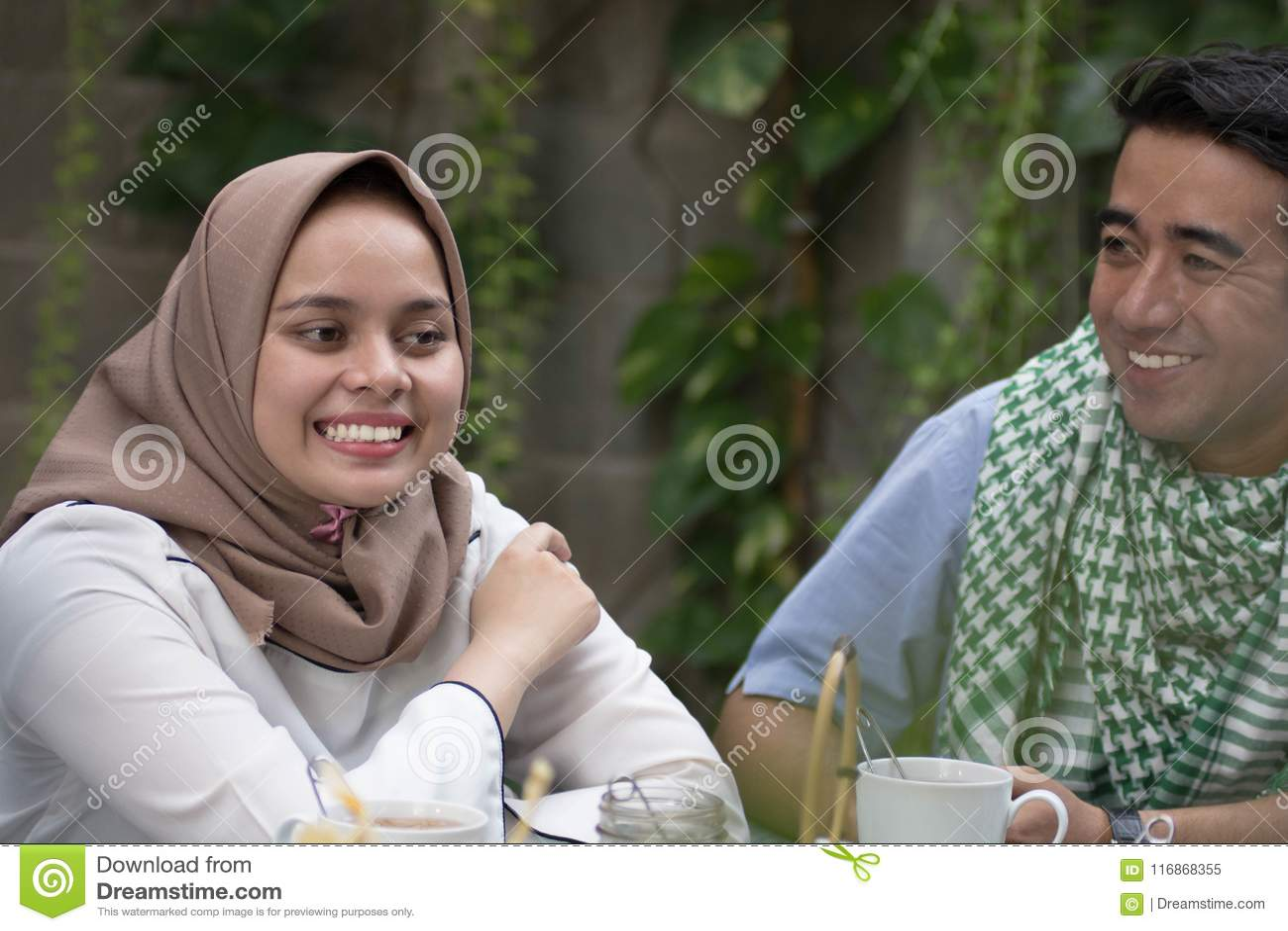 Dobiera się młody muzułmańskiego mieć rozmowę w środku lunch i śniadanie plenerowi