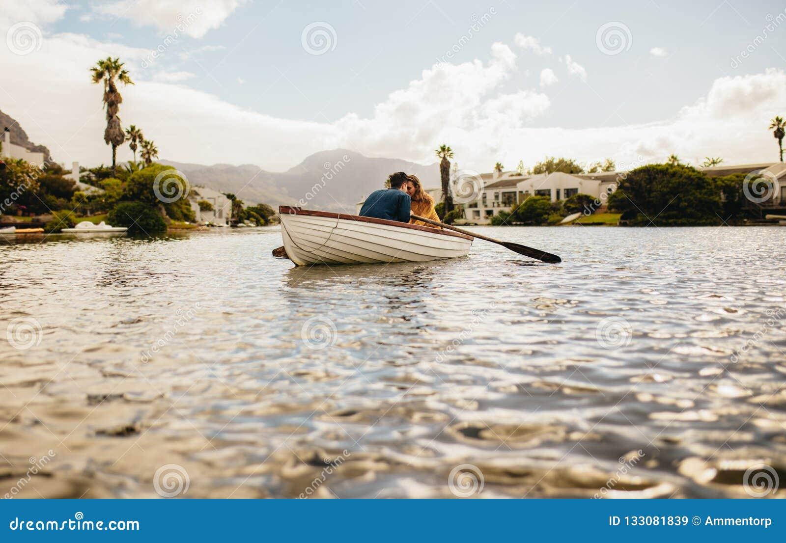Dobiera się na romantycznej dacie w łodzi