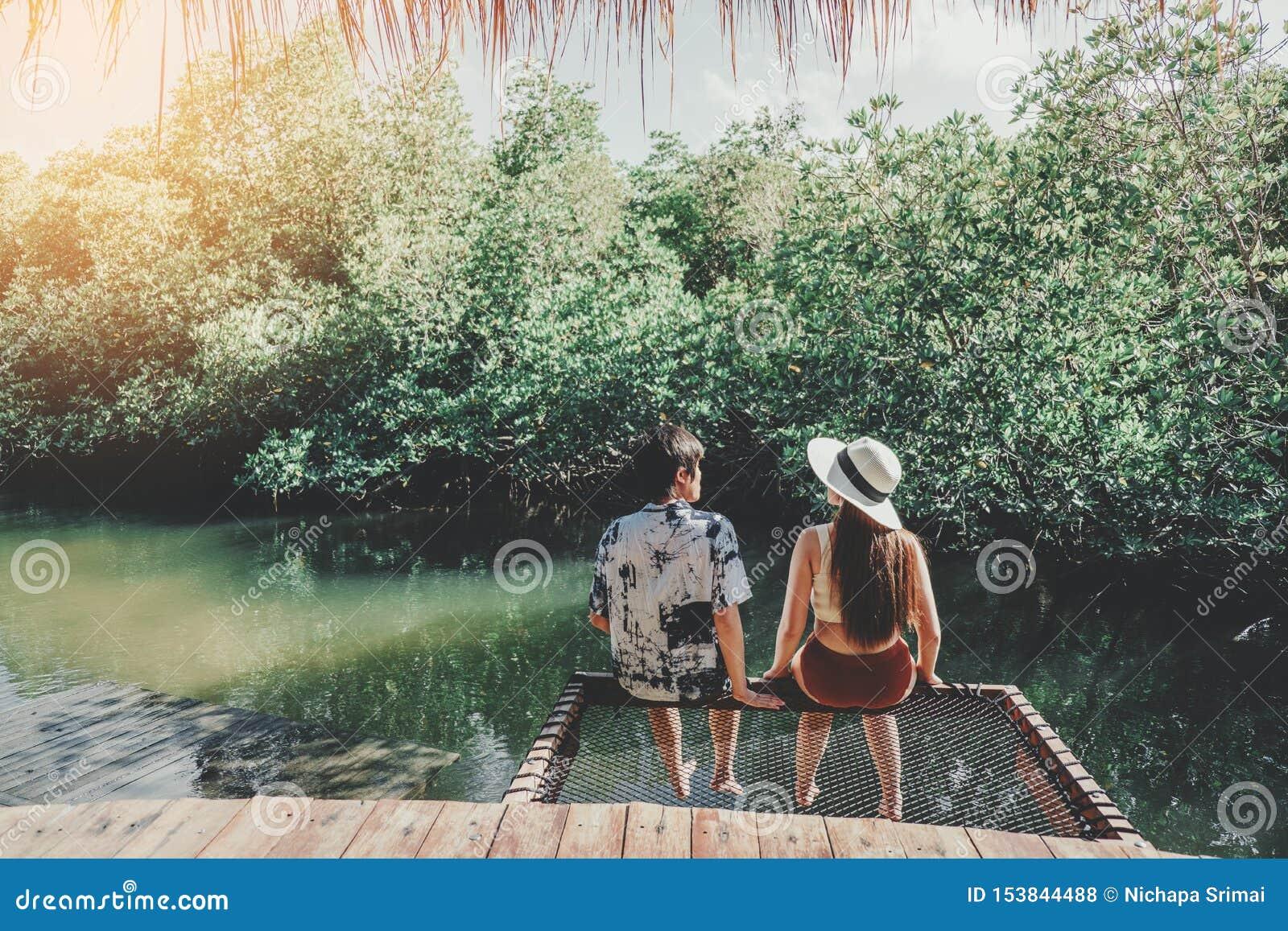 Dobiera się relaksować w namorzynowej lasowej laguny urlopowym czasie