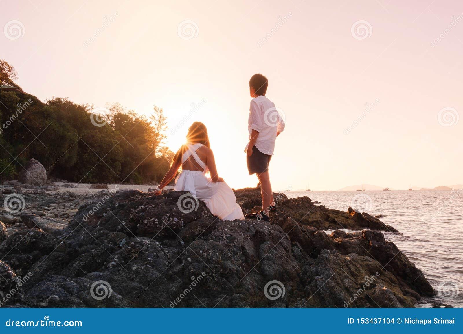 Dobiera się relaksującego pięknego zmierzch na Koh Lipe plaży Tajlandia, wakacje