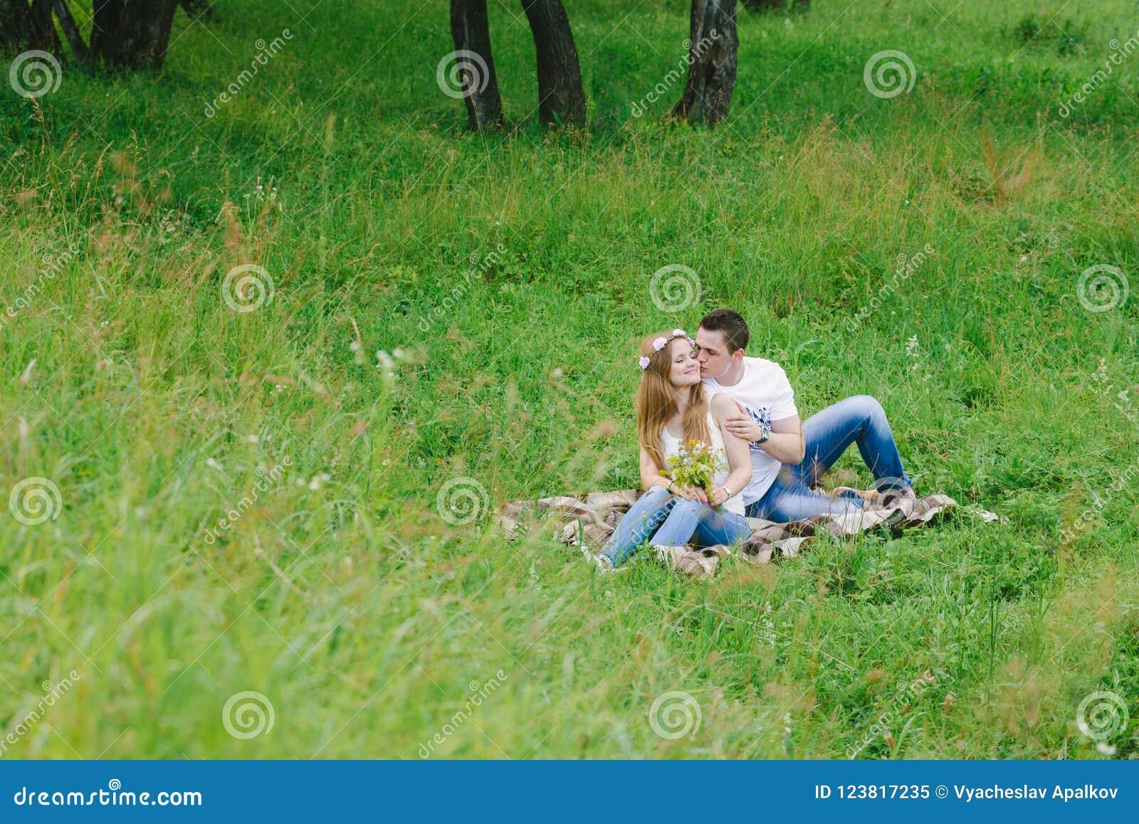 Dobiera się w lasowym terenie cuddling szkocką kratę uroczą
