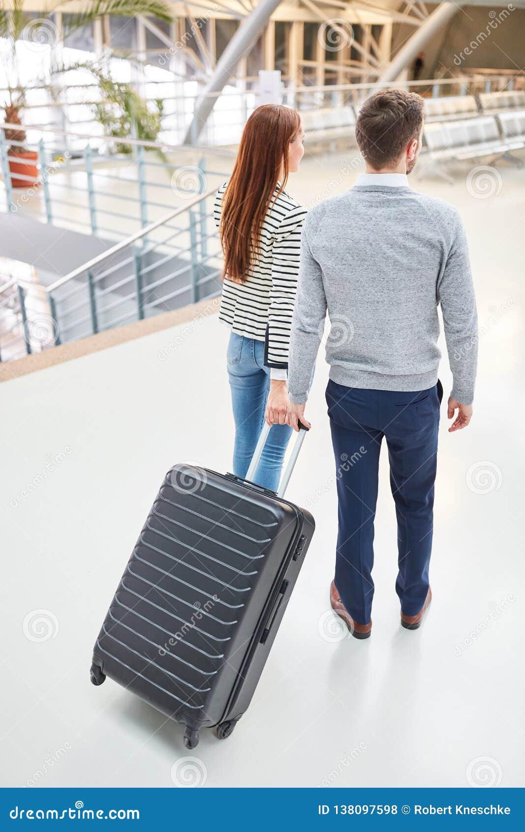 Dobiera się w lotnisku na przyjazdzie lub odjeździe
