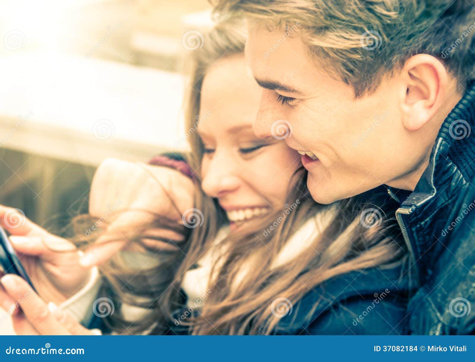 Download Dobiera Się W Miłości Ma Zabawę Z Smartphone Zdjęcie Stock - Obraz złożonej z fotografia, romans: 37082184
